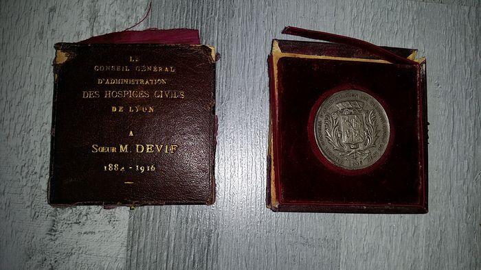 """Medaille van """"Les Hopitaux de Lyon"""" (ziekenhuizen van Lyons) medaille van de stad van Lyon decoratie van de 'Chemin des Dames' (ladies pad)  Dit is een mooie medaille van """"Les Hopitaux de Lyon"""" toegekend aan een verpleegkundige tijdens Wereldoorlog 1 vanwege haar inzet.Decoratie uit de stad van Lyon uitgereikt aan de soldaten uit deze stad na de oorlog begon in 1914.Decoratie van een soldaat na terugkomst van de 'Chemin des Dames""""in 1917.Deze 3 medailles en decoraties zijn zeer zeldzaam…"""