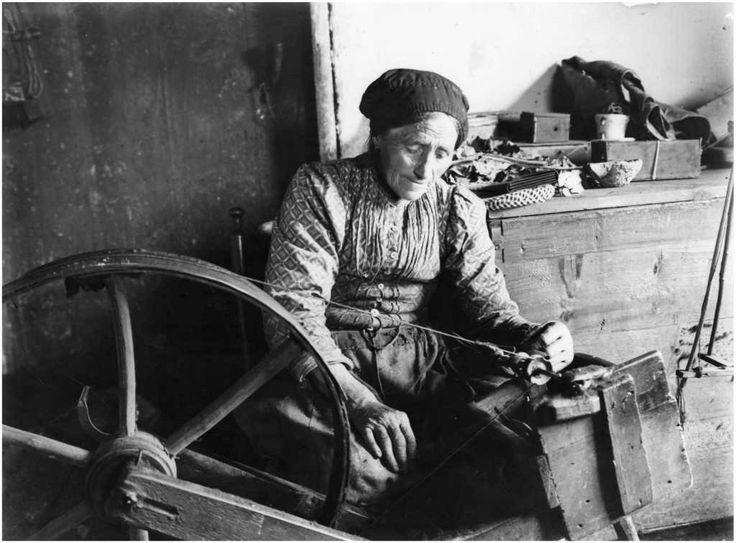 Het spinnen van wol. Foto: Antonius Schellens, 1920 - 1925