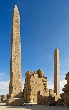 Obeliscos de Tuthmosis I e Hatshepsut nos templos de Karnak, Luxor, Egito.