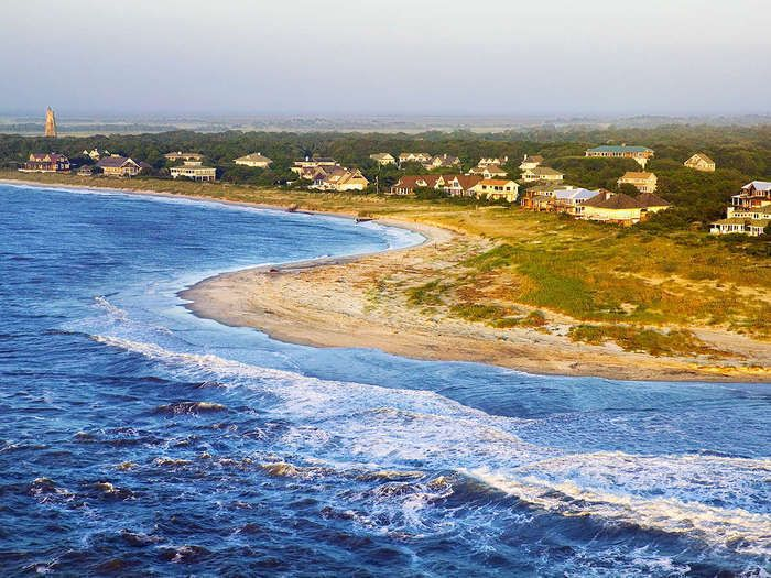 Ditch a car-centric existence and let fresh sea breezes lift your spirits at this classic beachside inn.  The Destination The never-ending beachfront and laid-back resort vibe of North Carolina's Bald Head Isla...