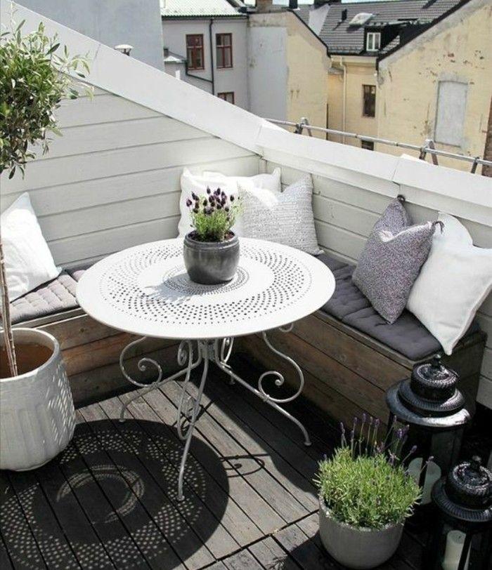 terrasse-tropézienne-style-méditerrannéen-canapé-d-angle-en-palette-coussins-petite-table-blanche-plantes-vertes-terrasse-coin-repos