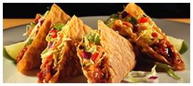 Wonton Tacos: Crujientes tostadas Wonton rellenas de deliciosos trocitos de cerdo o pollo grillado con un sabroso toque oriental de nuestra salsa Sweet & Spicy, cubierta con una ensalada de repollo asiática..