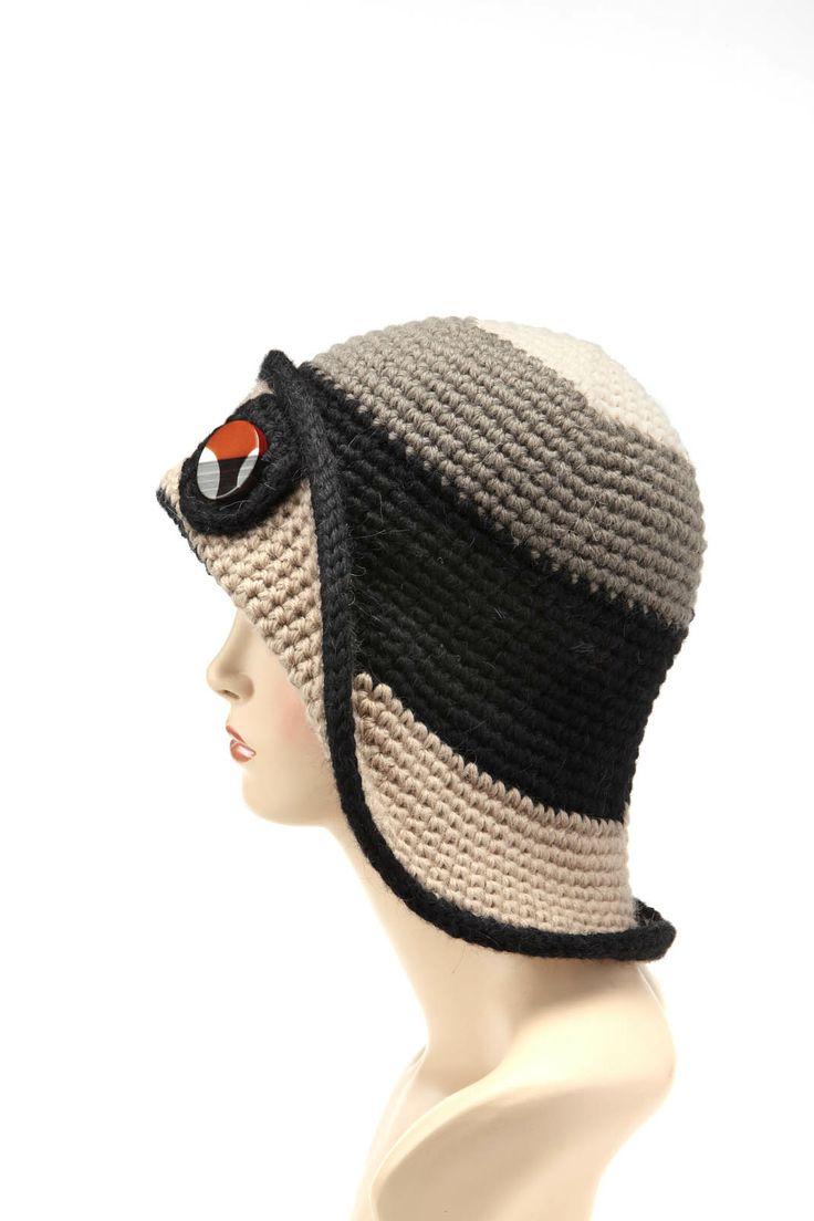 Cappello modello pescatore realizzato a crochet con bottone vintage - www.capple.it