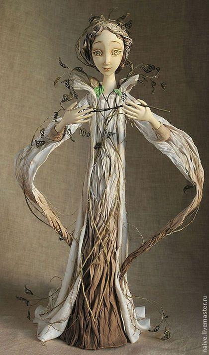 Купить или заказать 'ЗЕЛЁНАЯ ВЕТОЧКА' в интернет-магазине на Ярмарке Мастеров. Эта работа не имеет сюжета, а персонаж не имеет имени. В этой работе нас интересовало состояние персонажа и возможность выхода из него. Зелёная веточка - это о пробуждении души, о надежде на возрождение. Мы придумали интересные фактуры, чтобы показать, как элементы одежды превращаются во что-то другое, природное, как, например, кора дерева или сухие ветки.