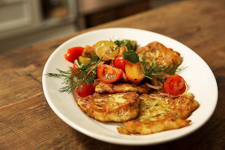 Zucchini-Ricotta-Puffer mit buntem Tomatensalat, ein schmackhaftes Rezept aus der Kategorie Snacks und kleine Gerichte. Bewertungen: 176. Durchschnitt: Ø 4,1.