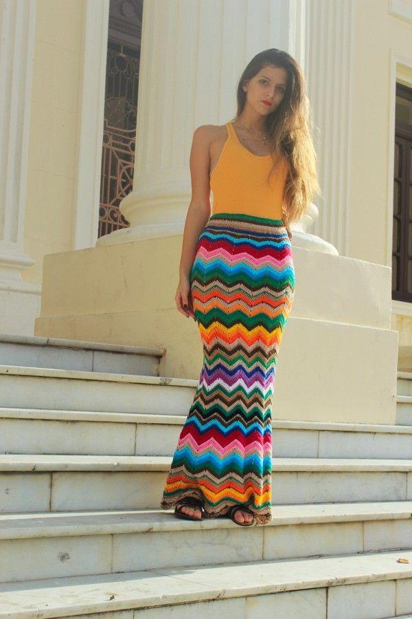 Linda saia longa em croch� , o colorido dela da todo o charme , ela � uma saia ela borada , toda em ponto fechado . <br>Voc� pode combinar varias cores de sua preferencia . <br>Ou tamb�m se preferir posso fazer um mix de cores com as cores que tenho em meu estoque . <br>Esse modelo fica lindo feito em duas cores , como o preto e branco por exemplo . <br>Alguma duvida consulte-nos . <br>O pre�o pode variar se for menos cores .