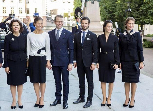 Kuningatar Silvia, kruununprinsessa Victoria, prinssi Daniel, prinssi Carl Philip, prinsessa Sofia ja prinsessa Madeleine poseerasivat yhdessä Ruotsin valtiopäivien avajaisissa.