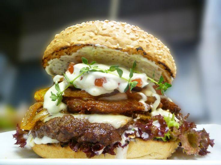 Deggendorfer Rauch Burger Ab Montag 05.05.2014. Der letzte Burger der aktuellen BurgerContestRunde. 160 g BioBeef, hausgem. Kartoffelrösti, doppelt Höhlenkäse Röstzwiebeln, Thymian-Tomatenjus, Sauercreme, Blattsalate und Tomate.