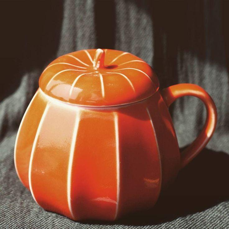 Не знаю на какой срок или количество фото меня хватит решила провести цветной фотопроект #оранжевоенастроение  #orangemood Начинаю с домашних вещей: чашка-тыква из #starbucks