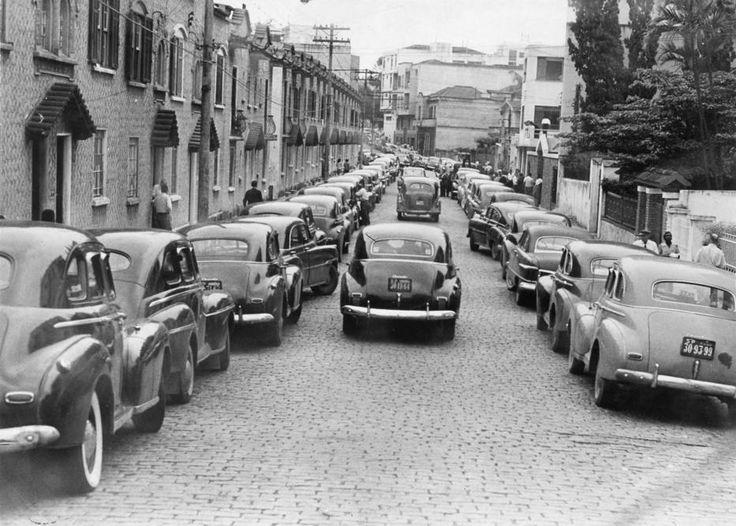 Acervo/Estadão - No bairro da Liberdade, rua virouestacionamento de táxisem 1963. Motoristas de praça deixaram de circular e foram convocados para uma assembleia no Sindicato da categoria que ficava no bairro