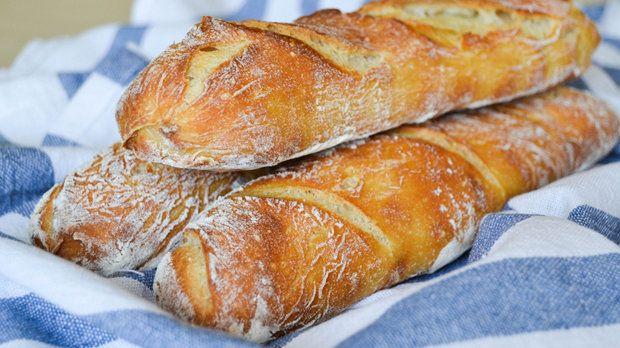 Francouzské bagety                       Dnes pro vás máme recept, díky kterému si budete moct dopřát domácí bagetku a zakousnout se tak do čerstvé křupavé kůrky. Tyto bagety nepotřebují hodně práce, ale je třeba je začít připravovat s předstihem, protože o vynikající chuť i texturu se postará pomalá fermentace.