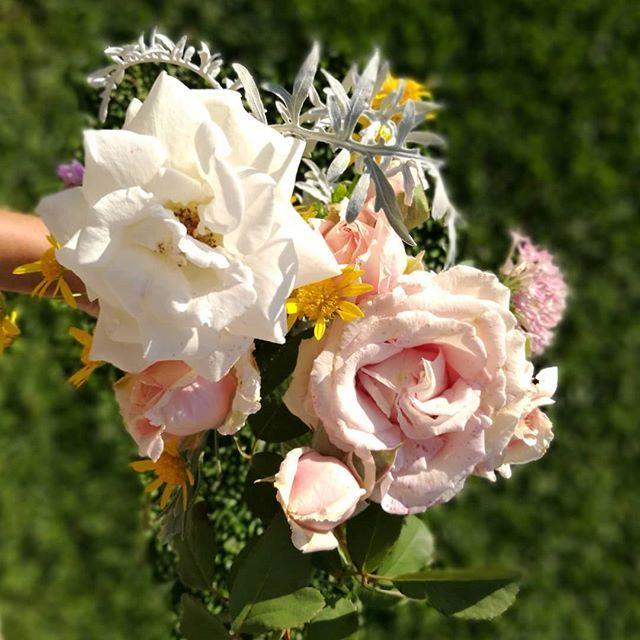 Buen día!!!! Hoy arrancamos saltando ramito con flores del jardín para decorar nuestra mesa de trabajo. Que tengan un muy buen día y puedan disfrutar aunque sea un ratito de este lindísimo día! #flowerarrangement #garden #gardenflowers #ambientacióndeeventos