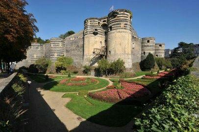 Château d'Angers - Au cœur d'Angers, Ville d'Art et d'Histoire, se dresse l'incroyable forteresse aux 17 tours. Elle abrite la célèbre tenture de l'Apocalypse, tapisserie médiévale unique au monde.