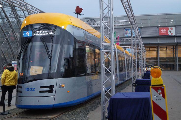<Leipzig> ライプツィヒのメッセゲレンデでお披露目中のNGT10。ポーランド製のSolaris Traminoで、10軸4部連接。オプション36編成のうち先行5編成が発注済みで、そのうちまず1番編製の1001が2016年、2番編成の1002が2017年に導入されるが、現状、まだ営業運転は始まっていない。ライプツィヒ交通では39型と呼称することになっている。Traminoの導入はドイツ国内ではイェーナ、ブラウンシュヴァイクにつぎ3例目だが、見た目は別物。