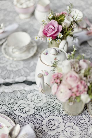 vintage Hochzeitsthema mit vintage Porzellan und Floristik in rosa und weiß (Foto: Hanna Witte)