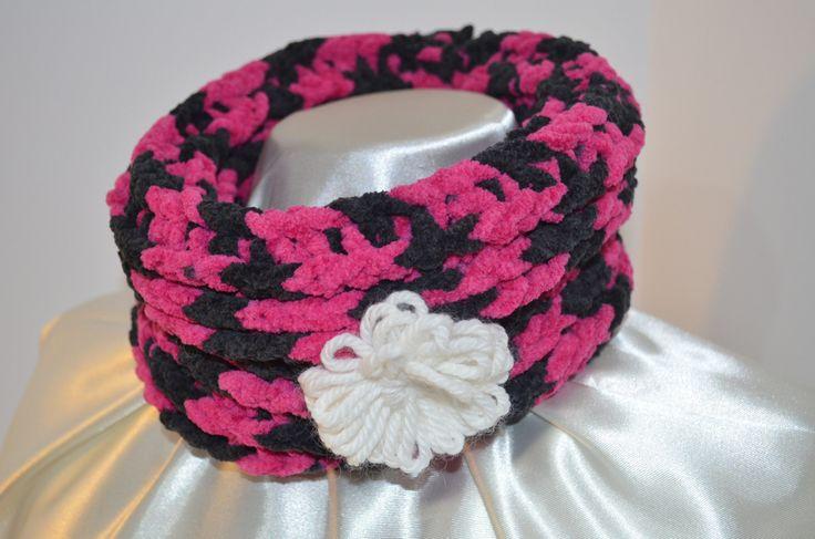 Scalda collo circolare in microfibra colore viola con tinte di nero, con spilla a forma di fiore bianca di SaNaMarket su Etsy