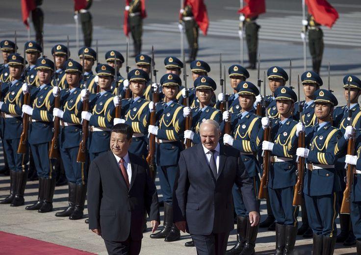 O presidente chinês, Xi Jinping, recebe o presidente da Bielorrússia, Alexander Lukashenko, no Grande Salão do Povo em Pequim, na China - http://epoca.globo.com/?ver=http://epoca.globo.com/tempo/fotos/2013/07/fotos-do-dia-16-de-julho-de-2013.html (Foto: AP Photo/Andy Wong)