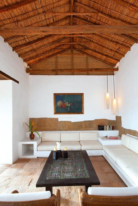 Casa Barichara - Colombia.  Al igual que el resto de la casa, el salón principal incluye elementos antiguos y contemporáneos. El mobiliario descansa sobre bases fijas de tierra.