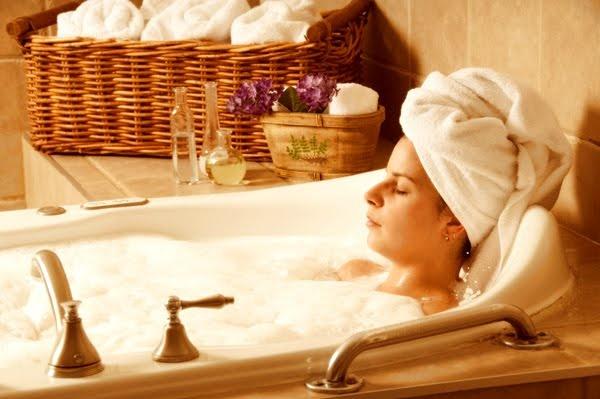 Gorącą kąpiel z dodatkiem soli lub naparu z tymianku jako sposob na przeziębienie. Po wytarciu ręcznikiem najlepiej jest założyć ciepłe skarpety i położyć się do łóżka.
