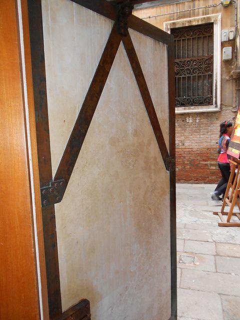 porta laterale - negozio Olivetti - Carlo Scarpa - Venezia | by Pivari.com