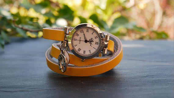 Montre femme à personnaliser au bracelet cuir jaune et cadran argenté avec breloques Fer à cheval et un sequin blanc émaillé. Le bracelet fait 3 fois le tour du poignet, se ferme par une boucle argentée. En cuir jaune, de largeur 9mm, il convient pour un poignet de 14 à 16 cm.  Pour offrir en cadeau pour une femme, une soeur ou une meilleure amie, vous pouvez personnaliser ce bracelet par une gravure à lextérieur ou à lintérieur ou les deux avec le texte de votre choix, citation, chanson…