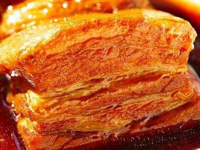 極上!豚肉好きのための豚の角煮  All Aboutの豚の角煮を、保温鍋で作ってみたが、出来上がりは同じにできた。 保温鍋の場合は、水分の蒸発がないので、お水を600ccとし、あくを取った後、落し蓋をして、肉が汁から出ないようにした上で、保温状態にし、「一時間後に再度火を入れ再び保温」を二回繰り返した。(やはり、一時間に一度くらいは火入れして、温度を上げないと無理なよう)  一時間保温したあと、温度計を差し込んでみたら、温度は、75度くらいであった。 ただ、この豚の角煮、薄味なので、その後、冷まして一晩置くのだが、その段階でお醤油を足したりしている。