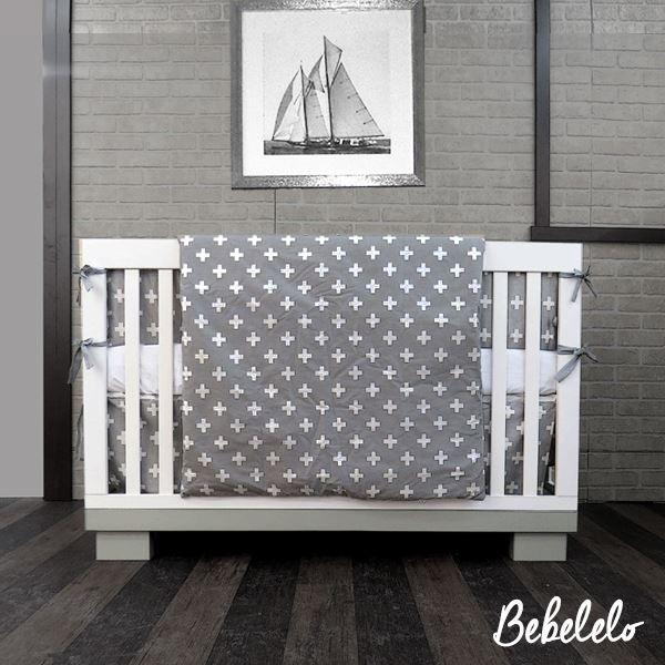 Croix Gris Suisse tissu 7 pcs literie bébé Inspiré par le drapeau suisse et parfait pour la chambre de votre petit ange, Une literie modernes et un style unique, ces motifs croisés suisses d'amusement font l'accent parfait pour votre décor. #gray #grey #babybedding #modern #babyroomdecor