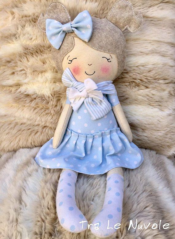 Bambola fatta a mano Realizzata con tessuto di cotone e imbottitura di tipo sintetico. I capelli sono di pannolenci. Occhi naso e bocca sono ricamati. Il vestito è azzurro a pois bianchi. Sciarpa al collo a righe bianche e azzurre con un fiocchetto bianco. Altezza circa 40 cm Allegra e colorata porterà tanta allegria nella vostra casa. Made usino an original pattern by Dolls and Daydreams