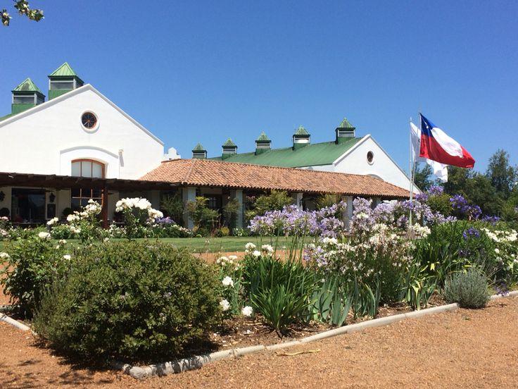 Fachada e jardins frontais da vinícola.