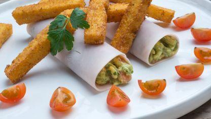 Karlos Arguiñano nos sorprende con unos rollitos de pavo rellenos de guacamole y acompañados de bastones de polenta frita.