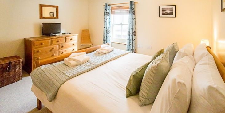 PEBBLE COTTAGE, Aldeburgh - Pebble Cottage is situated in the heart of Aldeburgh, just off the High Street. Everything you could need for a relaxing holiday is within a minutes' walk. It is comfortably furnished throughout and is just a stones throw away from the beach.