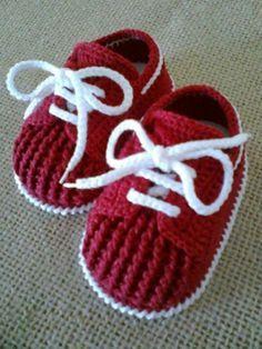 Tênis para bebê em crochê com cadarço