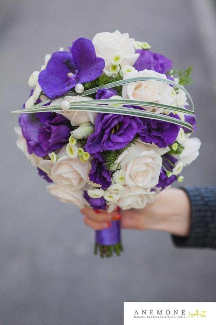 Buchet de mireasa in forma de glob. Contrast puternic de mov roial si ivory intro forma moderna, simplu si elegant. Trandafirul clasic vendela, lisiantus mov si orhidea vanda royal blue sunt elementele principale a buchetului.