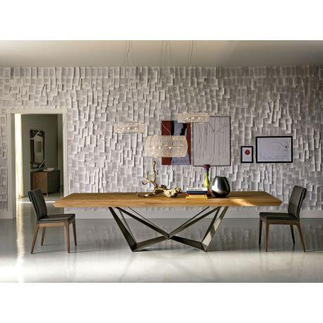Diseño de Andrea Lucatello con Paolo Cattelan. Mesa de comedor Skorpio Wood con base en acero y sobre en madera maciza de nogal o de roble. Tres tamaños.