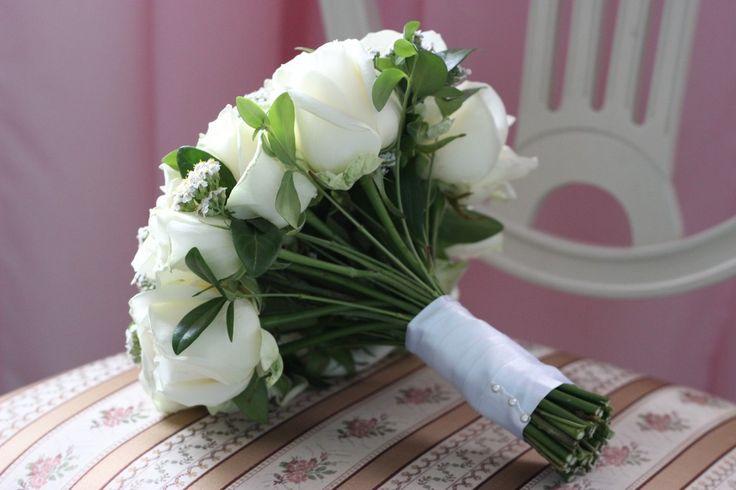 Romantic, elegant bridal bouquet with white rose made by Fairy of Inspiration. Brudbukett vita rosor romantisk klassisk elegant.