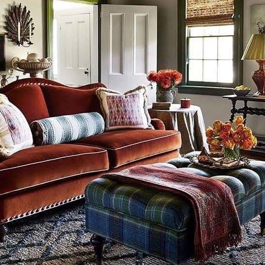 Calore e intimità in questo salotto arredato con i colori dell'autunno. Morbido velluto ruggine sul divano e lana scozzese per il pouf tavolino verde sottobosco e azzurro. Ricchi cuscini e plaid paisley per l'assoluto relax!