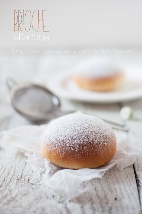 250 g farina-125 ml acqua-1/2 bustina lievito di birra-50 g zucchero-sale-30g margarina-1/2 bacca di vaniglia o scorza di 1/2 arancia farina+ lievito, l'acqua a temperatura ambiente, zucchero,la buccia di arancia o la vaniglia; impastare, unite la margarina ammorbidita con una frusta a parte,sale.impastare al raddoppio. lievitare, rompete la lievitazione impastando. frigo3 ore formate le palline sulle teglie a lievitare al doppio.infornatele a 180°, potrete lucidarle 50 g tuorli+50 g panna).