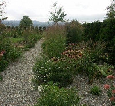 Głównymi czynnikami, które wpłynęły na kształt prezentowanego ogrodu w Zurychu były regulacje wynikające z narzuconego odgórnie w okolicy planu dotyczącego otoczenia domów, który określał wielkość drzew, krzewów itp. oraz chęć klienta do posiadania nowoczesnego ogrodu komponującego się z domem. http://www.sztuka-krajobrazu.pl/494/slajdy/projekt-ogrodu-ndash-naturalnie-i-kolorowo