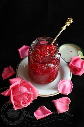 Este prima data cand fac dulceata de trandafiri. Nu pentru ca nu mi-ar fi placut, dintotdeauna am fost vrajita de parfumul ei, dar si de consistenta usor gumata a...