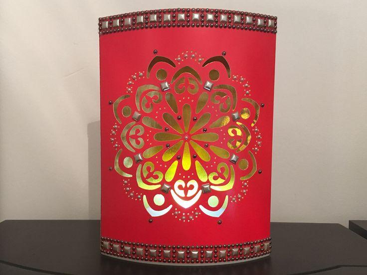 Lass Dich von dieser roten Spiegel-Prickelleuchte Mandala mit edler Stanzornamentik und Spiegelfolienveredelung in Gold auf der Innenseite verzaubern und von den wunderbaren Lichtreflexen entzücken. Geschmückt wird sie von schönen Schmucksteinen und wird so zu einer einzigartigen Deko.