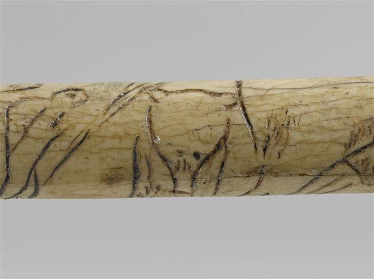 Détail d'un os gravé figurant des humains et des animaux dont un ours, provenant de la Grotte de la Vache. H 16 cm. © RMN-GP (MAN) / F.Raux http://musee-archeologienationale.fr/actualite/lours-dans-lart-prehistorique
