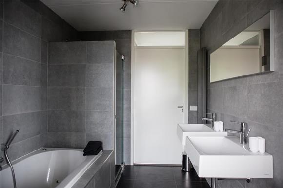 ipv het bad (een kast met) de wasmachine en de droger