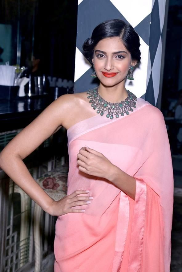 Oct 31, 13: Sonam Kapoor combines modern ombre Saree with traditional Necklace & Jhumka, and Flower Kajra at launch of Designer Pernia Qureshi's book: 'Be Stylish'