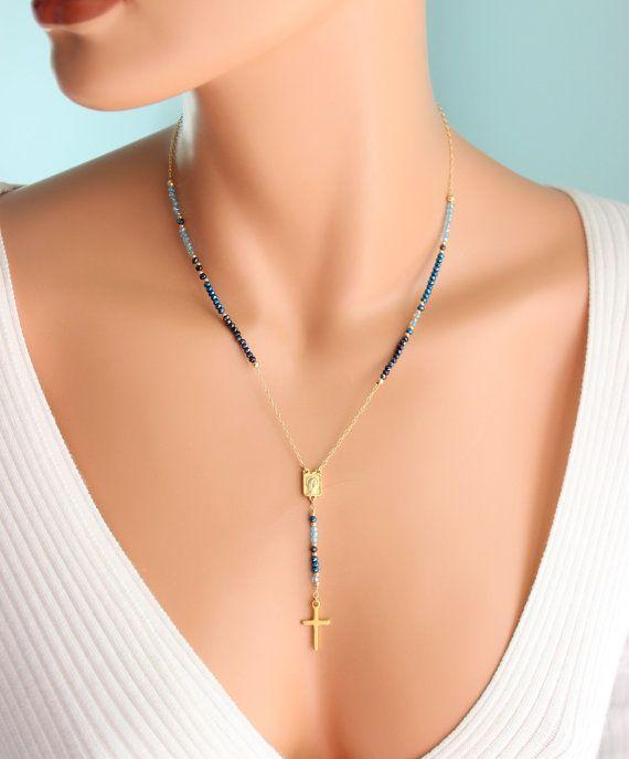 Absolutamente el más hermoso vibrante inspirado collar rosario en oro con brillante gama de cristales austriacos azul! Este collar Y estilo Lariat es aún más impresionante en persona! Cadena es 14kt oro llenada, medalla y Cruz están llenado de oro de 18 k y cristales son 2-3mm de tamaño. Collar tiene un oro sólido 18 k llenado Cruz que mide 3/4. Collar puede ordenarse en una longitud de 18, 20 o 22. La longitud es la medida alrededor del cuello solamente. Hay una caída de 2,75 con colgante…