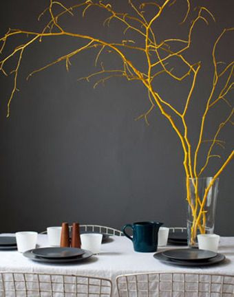 a table can be simple if the color is strong