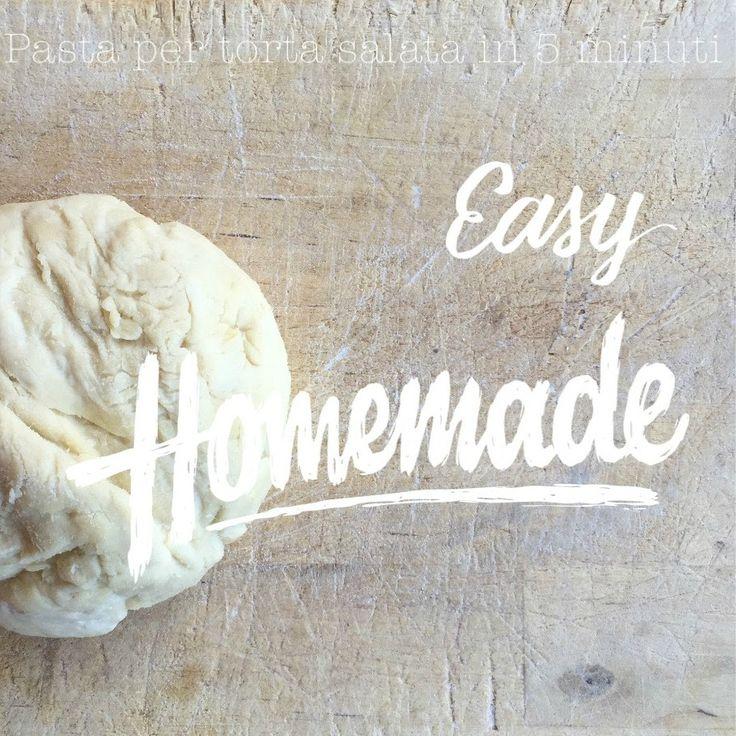 Pasta per torte salate in 5 minuti: ricetta e procedimentoPasta per torte salate: ingredienti 200 grammi di farina (io uso quella integrale o 0) 100 ml acqua tiepida olio extra vergine di oliva 2 cucchiai sale q.b. Pasta per torta salate: procedimento In una ciotola (o su una spianatoia) mescolare la farina, una presa di sale, 2 cucchiai di olio ed 100 ml di acqua tiepida. Mescolare e lavorare un paio di minuti, fino a ottenere un impasto liscio ed omogeneo (non deve attaccarsi alle dita)
