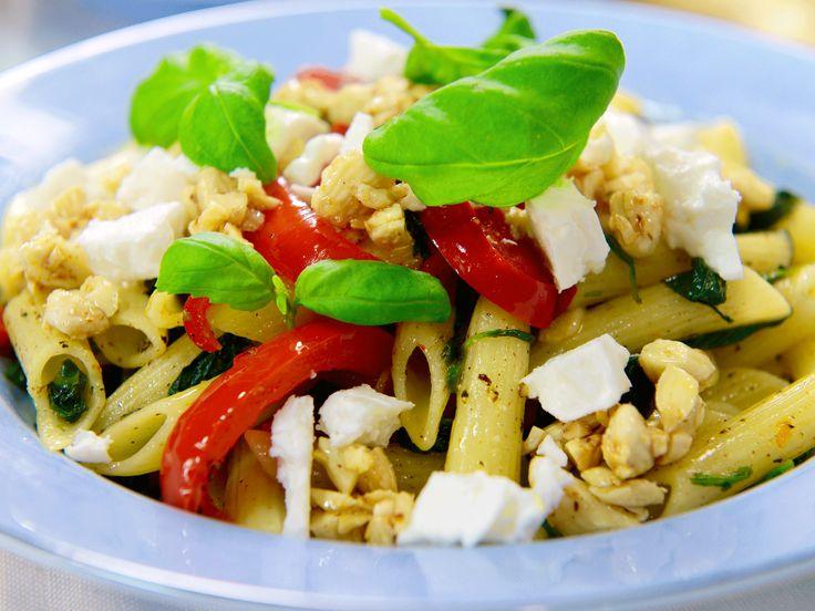 Pasta penne med paprika, fetaost och spenat och saltrostade mandlar | Köket.se