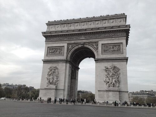Imagine prin We Heart It #:) #arc #bucharest #city #couple #de #france #fun #girl #grey #holiday #life #love #paris #people #places #statue #studdedsophia #tripmphe