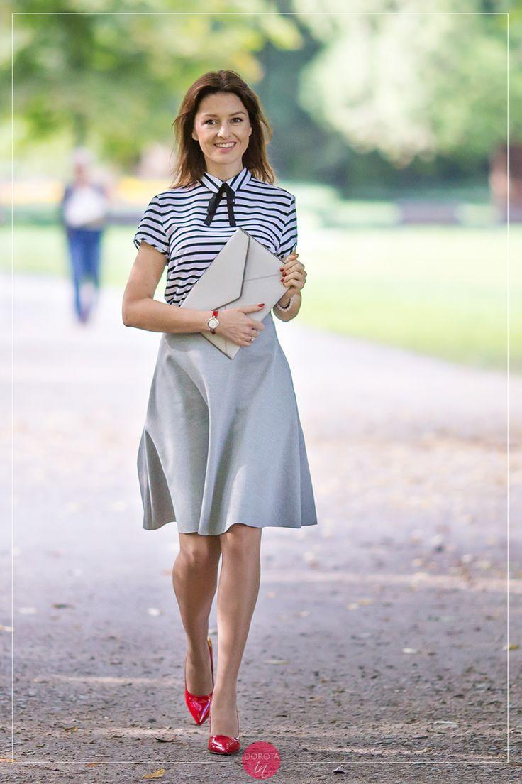 Bluzka w paski i szara spódnica - stylizacja z białą kopertówką i czerwonymi szpilkami.  Striped blouse, gray skirt, red high heels and white purse #outfit.  http://dorota.in/bluzka-paski-rozkloszowana-szara-spodnica-stylizacja-czerwone-szpilki/  #moda #fashion #styl #style #blogger
