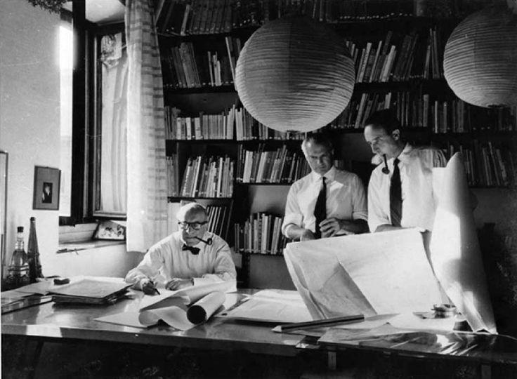 Da sinistra: Rogers, Peressutti e Belgiojoso nello studio di via dei Chiostri [Immagine da: Università Iuav di Venezia, Archivio Progetti, Fondo Fondazione Masieri]